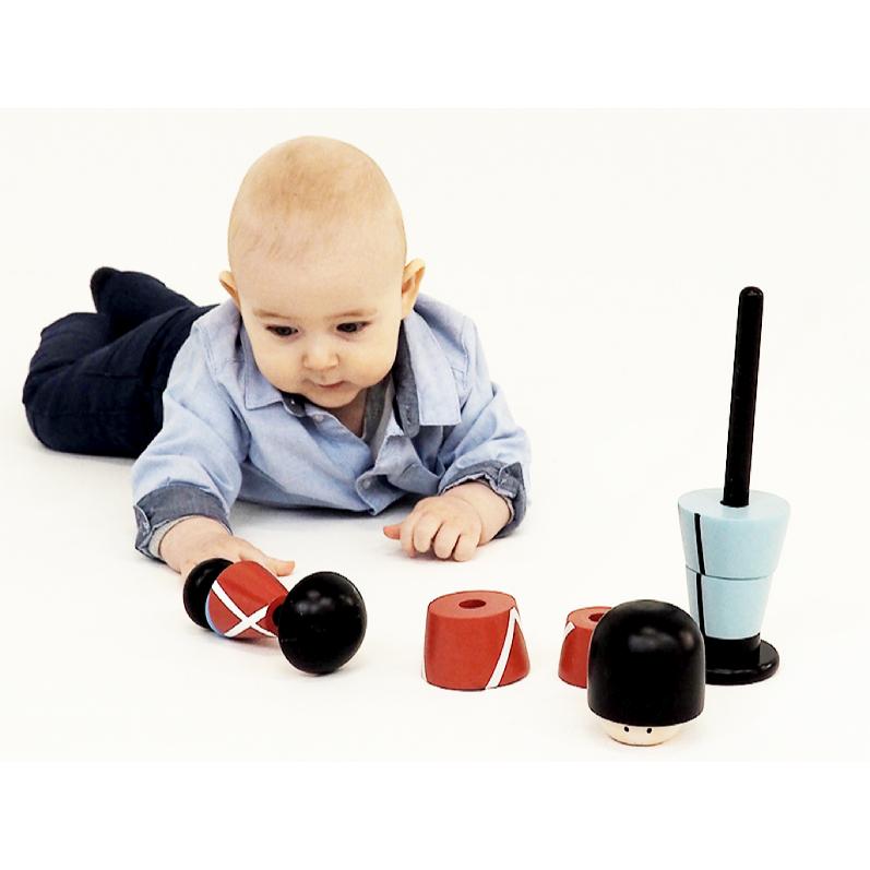 baby dreng leger med stablesoldat fra kids by friis