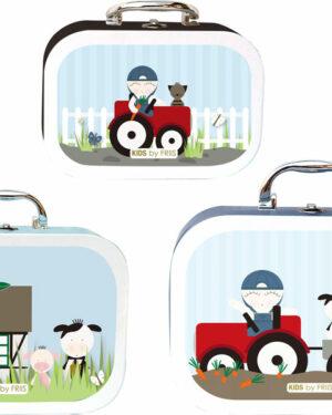 Billede med en lille, mellem og en stor kufffert. med motiver af bondegård, traktor og dyr