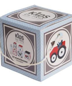 Stabel kasser med bondegård motiv der er pakket sammen i en stor kasse med hank