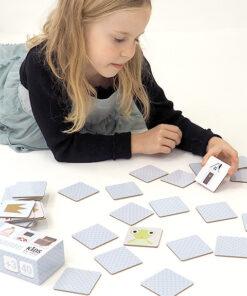 lille pige leger med memokort, med motiver af eventyr
