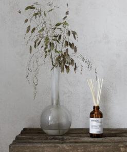 duftfrisker i brun flaske og med 7 pinde i træ, som dufter af nordic pine